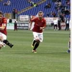 Totti calcia il rigore in Roma - Palermo 2-3